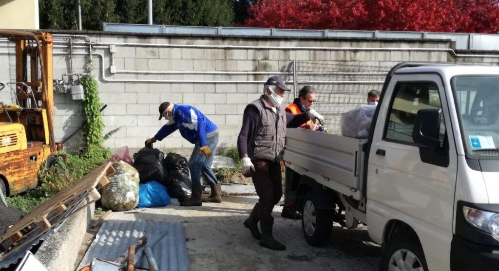 Consegna sacchi rifiuti presso ecostazione di capiago intimiano