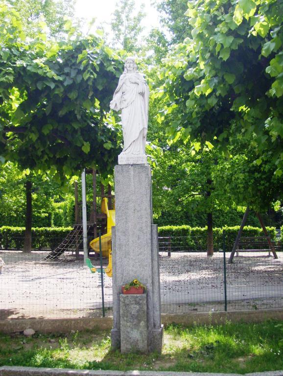 Sacro Cuore nei giardini delle scuole di Capiago