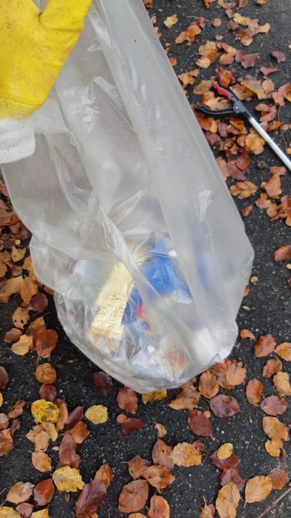 Sacchi di rifiuti in corso di raccolta