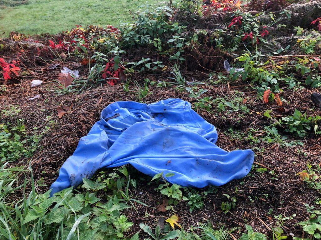 Camicia abbandonata rifiuti a bordo strada
